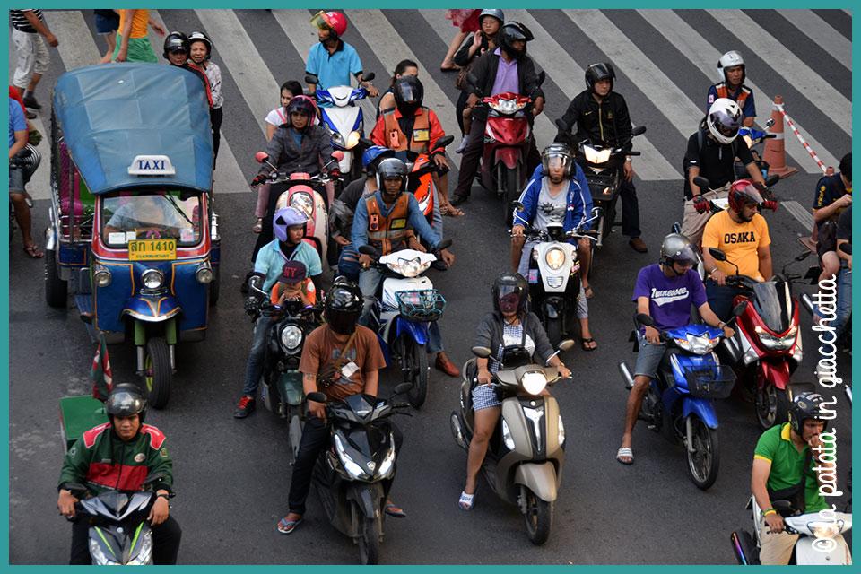 Il tipico traffico di Bangkok: mille mila motorini e tuk-tuk