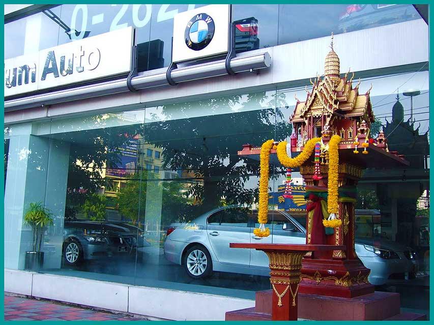 Spiriti (sicuramente maligni) che infestano una concessionaria di Bangkok (foto Gertha)