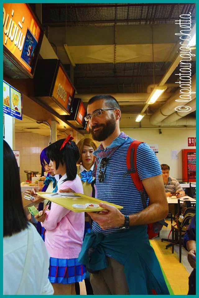 L'eroe di questo post in fila al magazzino Pantip Plaza di Chiang Mai. Notate le cosplayer intorno.