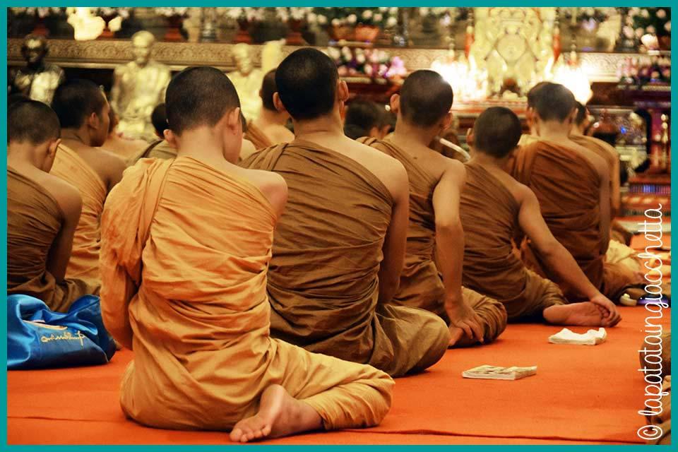 Venerati e venerandi. I monaci sono rispettassimo. Notate la posizione dei piedi!
